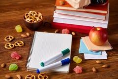Концепция пролома школьного обеда с здоровой коробкой для завтрака и школьные принадлежности на деревянном столе, селективном фок Стоковое Изображение