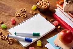 Концепция пролома школьного обеда с здоровой коробкой для завтрака и школьные принадлежности на деревянном столе, селективном фок Стоковые Изображения