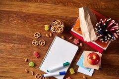 Концепция пролома школьного обеда с здоровой коробкой для завтрака и школьные принадлежности на деревянном столе, селективном фок Стоковое Фото