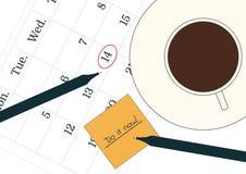 Концепция промедления Чашка черного кофе на календаре и напоминание важного назначения Ручка и желтый столб Стоковое Фото