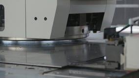 Концепция промышленного переворота Машина штемпелюя стальной лист Конец-вверх 4K сток-видео