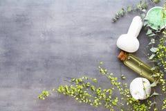 Концепция процедур спа, плоский положенный состав с естественными косметическими продуктами и щетка массажа, взгляд сверху, пусто стоковое изображение rf