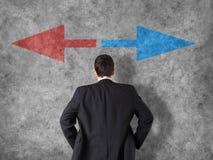 Концепция процесса принятия решений - бизнесмен принимая решениея Стоковое Фото