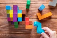Концепция процесса принятия решения, логического мышления Рука держа деревянный элемент головоломки стоковые изображения rf