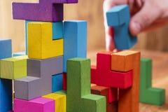 Концепция процесса принятия решения, логического мышления Рука держа деревянный элемент головоломки стоковое фото rf