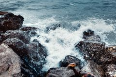 Концепция прочности элемента Волны моря ломая на береге с s Стоковые Изображения
