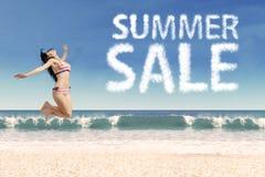 Концепция продажи лета с сексуальной женщиной Стоковое фото RF
