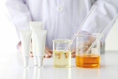 Концепция продукта красоты, доктор и эксперименты по медицины, аптекарь формулируя химикат для косметики Стоковая Фотография