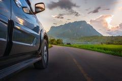 Концепция путешествием транспорта и автомобиля с автомобилем SUV на дороге и стоковое фото