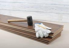 Концепция плотничества Различные инструменты и перчатки на новом слоистом настиле Скопируйте космос для текста Стоковое Фото