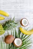 Концепция плодоовощей лета тропических Ананас, банан, кокос на деревянном copyspace взгляд сверху предпосылки Стоковое Изображение