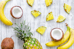 Концепция плодоовощей лета тропических Ананас, банан, cocount на деревянном copyspace взгляд сверху предпосылки Стоковое Фото