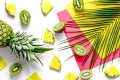 Концепция плодоовощей лета тропических Ананас, киви и ладонь разветвляют на белом copyspace взгляд сверху предпосылки Стоковое Фото