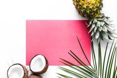 Концепция плодоовощей лета тропических Ананас, кокос и ладонь разветвляют на белом модель-макете взгляд сверху предпосылки Стоковые Фото
