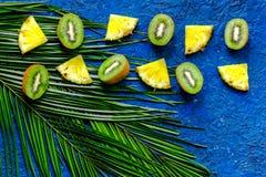 Концепция плодоовощей лета тропических Ананас, cocount и ладонь разветвляют на голубом взгляд сверху предпосылки таблицы Стоковые Изображения RF