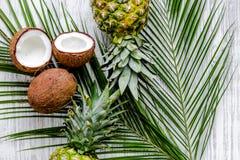 Концепция плодоовощей лета тропических Ананас, cocount и ладонь разветвляют на деревянном взгляд сверху предпосылки Стоковые Изображения
