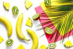 Концепция плодоовощей лета тропических Банан, киви, ананас и ладонь разветвляют на белом взгляд сверху предпосылки таблицы Стоковые Фотографии RF
