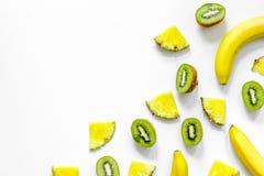 Концепция плодоовощей лета тропических Банан, киви, ананас на белом copyspace взгляд сверху предпосылки Стоковые Изображения