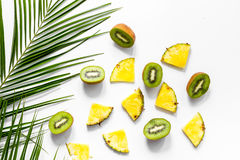 Концепция плодоовощей лета тропических Киви, ананас и ладонь разветвляют на белом взгляд сверху предпосылки таблицы Стоковые Изображения RF