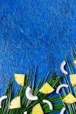 Концепция плодоовощей лета тропических Кусок ананаса, cocount и ладонь разветвляют на голубом copyspace взгляд сверху предпосылки Стоковые Изображения