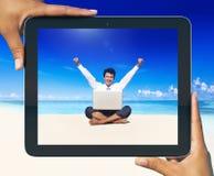 Концепция пляжа бизнесмена фото таблетки цифров работая Стоковое Изображение