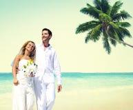 Концепция пляжа лета пар медового месяца романтичная идя Стоковая Фотография