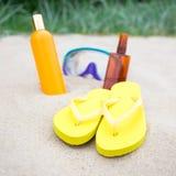 Концепция пляжа - темповые сальто сальто, бутылки лосьона suntan и ныряя mas Стоковые Изображения