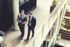 Концепция работы обсуждения бизнесмена идя говоря Стоковые Изображения RF