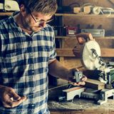 Концепция работы по дереву тимберса пиломатериала мастера плотника Стоковое Фото