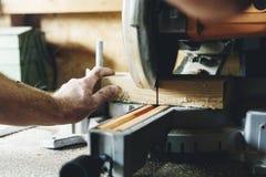 Концепция работы по дереву тимберса пиломатериала мастера плотника Стоковые Фото