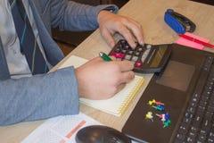 Концепция работы ` s бухгалтера Бюджет планирования, проверка и концепция дела Businesspersons анализируя отчет Стоковое Изображение