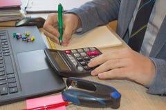 Концепция работы ` s бухгалтера Бюджет планирования, проверка и концепция дела Businesspersons анализируя отчет Стоковые Изображения RF
