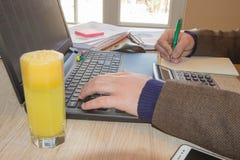 Концепция работы ` s бухгалтера Бюджет планирования, проверка и концепция дела Businesspersons анализируя отчет Молодое peopl дел Стоковое Изображение RF