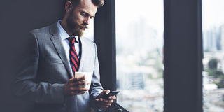 Концепция рабочего места перерыва на чашку кофе бизнесмена работая Стоковое Изображение RF