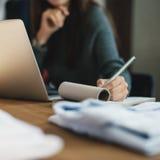 Концепция рабочего места сочинительства технологии компьтер-книжки женщины работая Стоковое фото RF