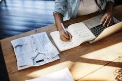 Концепция рабочего места сочинительства технологии компьтер-книжки женщины работая Стоковое Фото