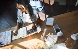Концепция рабочего места сочинительства технологии компьтер-книжки женщины работая Стоковое Изображение