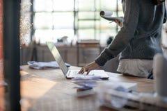Концепция рабочего места технологии компьтер-книжки женщины работая Стоковое Изображение