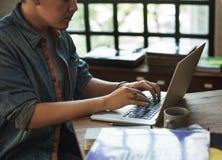 Концепция рабочего места технологии компьтер-книжки человека работая Стоковая Фотография RF