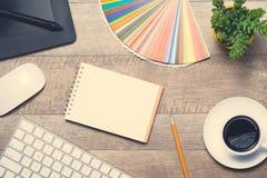 концепция рабочей станции фотографа Взгляд сверху разнообразной персоны Стоковая Фотография RF