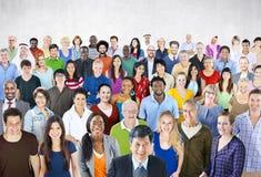Концепция разнообразия большой группы людей толпы многонациональная стоковое изображение