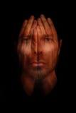 Концепция разлада сна инсомнии - руки над открытыми глазами стоковое фото rf