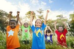 Концепция ребенка друзей приятельства детей шаловливая стоковое изображение