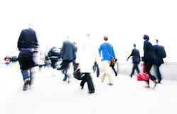 Концепция регулярного пассажира пригородных поездов срочнаяа работа людей идя Стоковое Фото
