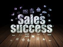 Концепция рекламы: Успех продаж в комнате grunge темной Стоковые Фото