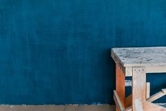 Концепция ремонта в доме: Свежо покрашенная голубая стена стоковое изображение