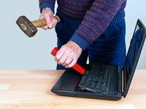 Концепция ремонта компьютера - стресс, ИТ, технология Стоковое Изображение