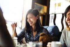 Концепция ресторана кафа напитка кофейни девушки выпивая Стоковые Фото