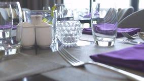 Концепция ресторана сервировки стола Близкие поднимающие вверх салфетка, стекла, ложки, вилки и ножи ткани хлопка на роскоши обед сток-видео