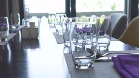 Концепция ресторана сервировки стола Близкие поднимающие вверх салфетка, стекла, ложки, вилки и ножи ткани хлопка на роскоши обед акции видеоматериалы